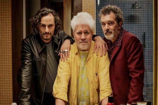 O novo filme de Almodóvar traz desentendimentos entre o cineasta Salvador (Antonio Banderas) e o ator Alberto Crespo (Asier Etxeandia) ( Universal/Divulgação)