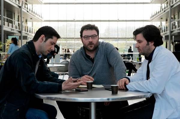 Melvin Poupaud, Denis Ménochet e Éric Caravaca em cena de Graças a Deus (Califórnia Filmes/ Divulgação)