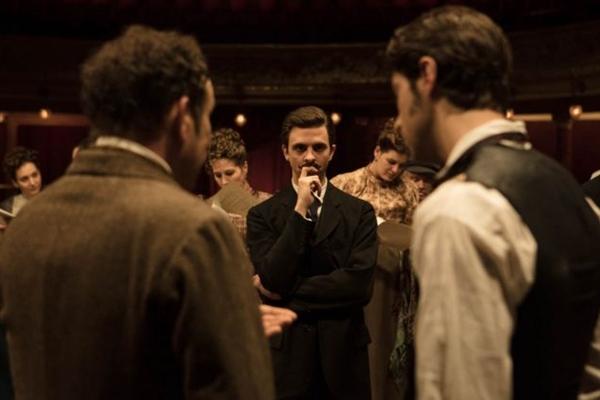 A arte e o espírito dos bastidores do teatro dão o tom à comédia que revê a criação do clássico texto Cyrano de Bergerac, no filme de Alexis Michalik (Benoit Barbier/Agencia Febre)