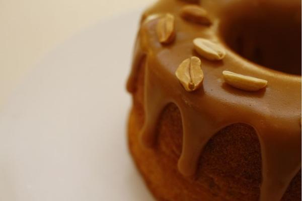O bolo de amendoim leva o doce de leite feito na casa de cobertura (Ana Rayssa/CB/D.A Press)