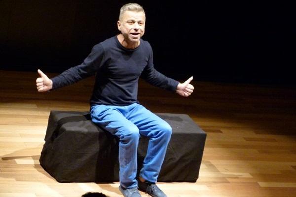Cláudio Falcão leva aos palcos o bom humor em stand up (Arquivo Pessoal/Divulgação)