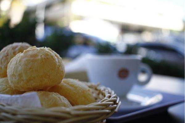 Capucino e pão de queijo fazem uma ótima dupla para um lanche ou um café da manhã (Ana Rayssa/CB/D.A Press)
