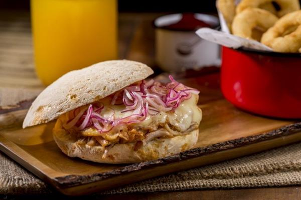 O pão de queijo vem na forma de sanduíches no D%u2019Lurdes (Henrique Ferrera/Divulgação)
