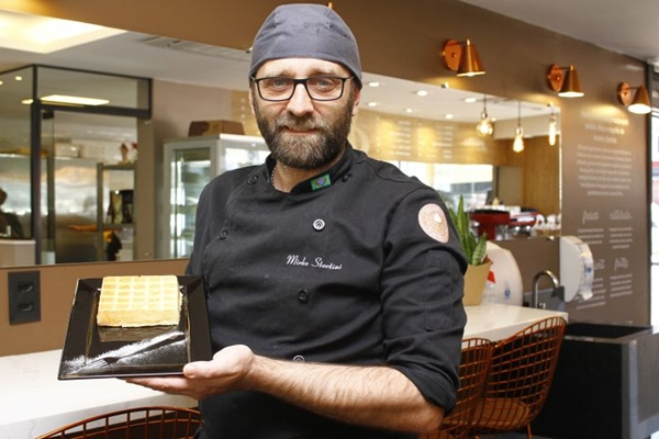 O italiano Mirko Stortini trabalha um novo formato para o Pão de queijo ( Ana Rayssa/CB/D.A. Press)