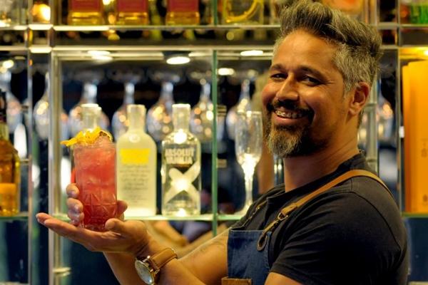Rinaldo Honorato ensina o passo a passo do drinque (Carlos Vieira/CB/D.A Press)