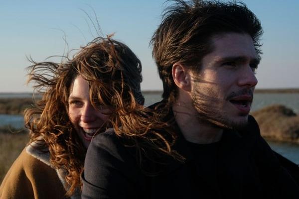 Na trama da comédia de Hugo Gélin, o ator François Civil vive homem em crise com a personagem de Joséphine Japy (Agencia Febre/Divulgação)