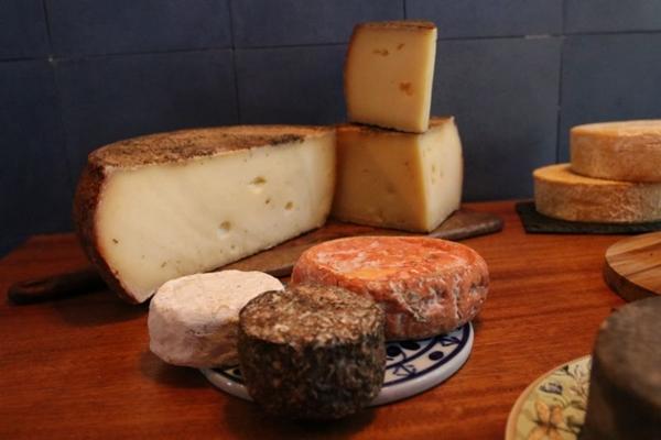 A Teta Cheese oferece diversas opções de queijos para você se deliciar (Arthur Menescal/Esp. CB/D.A Press)