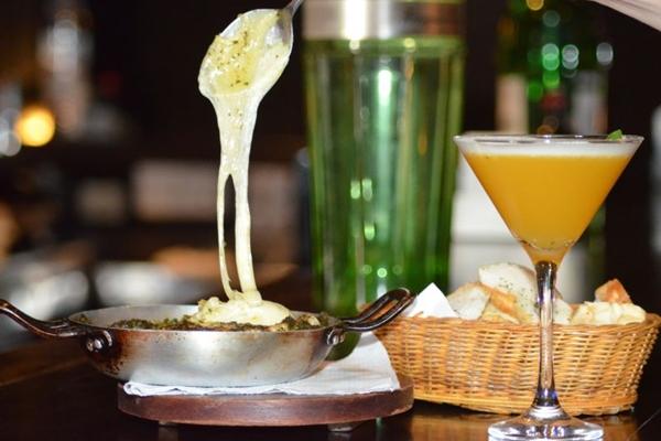 O camembert deve ser consumido ainda quente, para tornar a experiência melhor (Ana Carneiro/Esp. CB/D.A Press)
