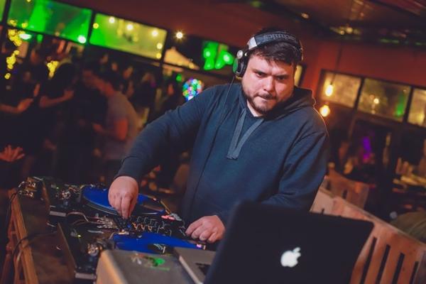 DJ Maraskin comemora 10 anos em atividade na cena noturna da capital federal (Paulo Cavera/Divulgação)
