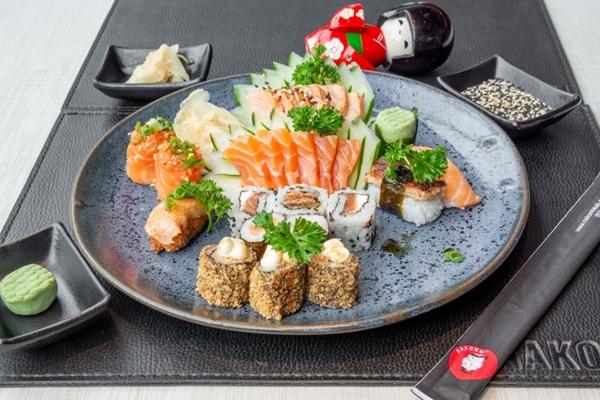 O combinado de salmão de 25 peças é a sugestão da proprietária do Nakombi (Uber Eats/Divulgação)