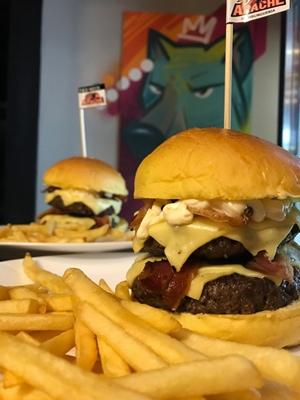 O sanduíche Redneck possui dois hambúrgueres e o dobro de bacon (Lucas Halley/Divulgação)