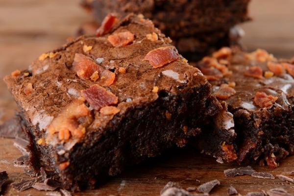 Brownie com bacon: receita saudável para quem quer fugir do tradicional (Andreia Marlière/Divulgação)