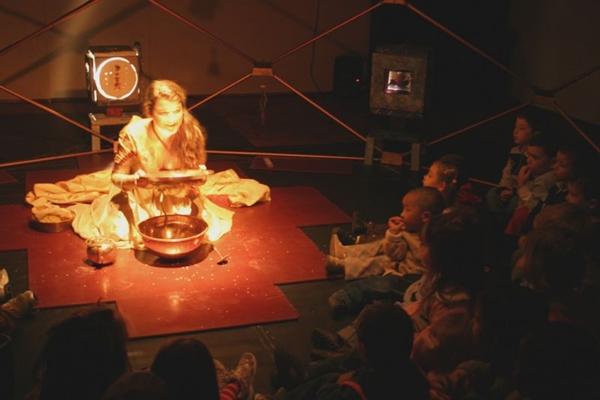 O Festival Primeiro Olhar, da companhia teatral La Casa Incierta, valoriza uma poética requintada para um público altamente exigente: os bebês  (La Casa Incierta/Divulgação)