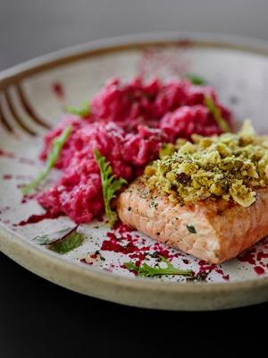 Bonito e gostoso, o risoto roxo é uma das alternativas no menu da casa (Bruno Aguiar/Divulgação)