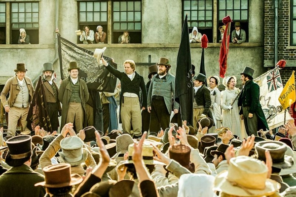 A busca por democracia levou mais de 60 mil pessoas às ruas de Manchester em 1819 (Simon Mein/Amazon Studios)
