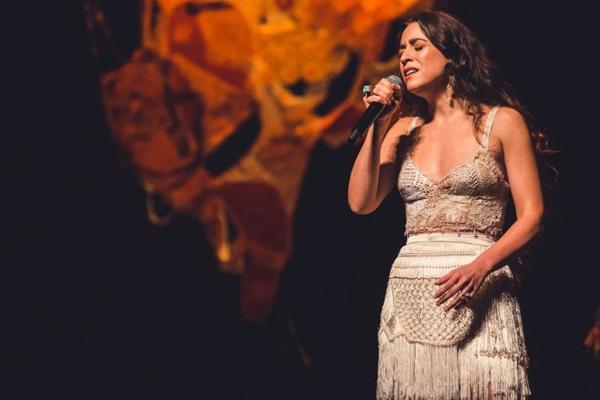 Roberta Sá é a grande estrela da noite, com a rapaziada do Samba Urgente (Alice Venturi/Divulgação)