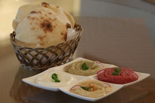 As pastas combinadas com pão sírio são um acerto nos dias secos e quentes da capital (Rodrigo Nunes/Esp. CB/D.A Press)