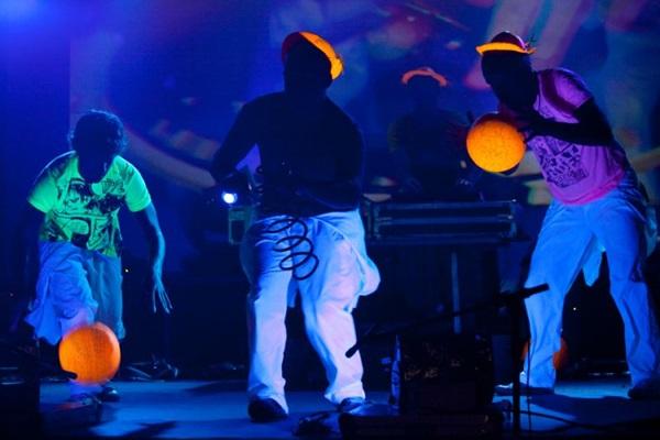 O grupo brasiliense 'Patubatê' será o anfitrião deste carnaval pra lá de antecipado (Ricardo Peixoto/Divulgacao)