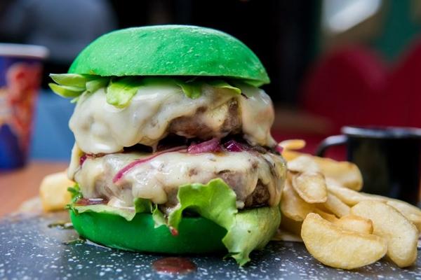 A força do Hulk encontra a clientela no Dólar Furado Burger (Thiago Bueno/Divulgação)