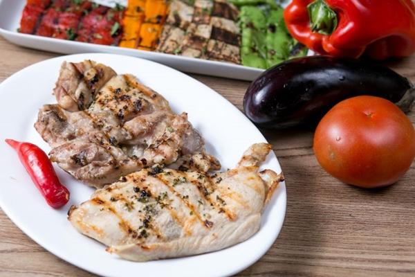 Para os pequenos, a carne orgânica com legumes é uma aposta colorida e nutritiva (Erick de Paula/Divulgação)