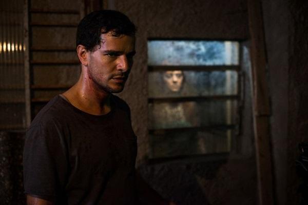 Daniel de Oliveira protagoniza o personagem Stênio, que terá a vida amaldiçoada em 'Morto não fala'  (Globo Filmes/Divulgação)