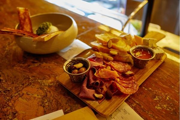 O Bar 16 oferece comidas que combinam com os drinques e trazem um ar informal ao local (Plínio Ricardo/Divulgação)