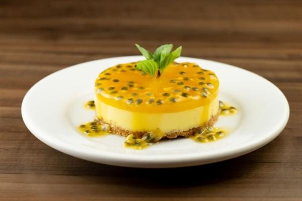 O cheesecake de manga com calda de maracujá é uma das opções de sobremesa no Dom Cerrado (Rui Rodrigues/Divulgação)