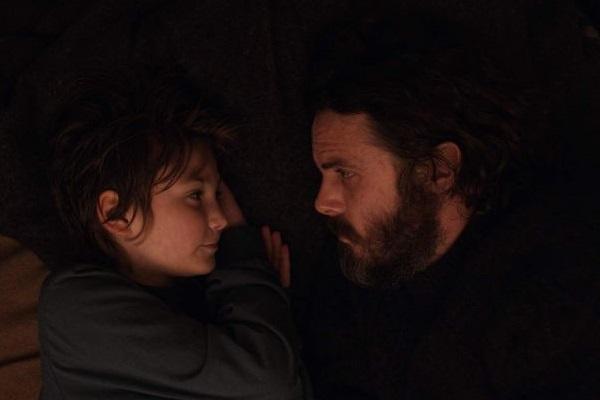 Casey Affleck e Anna Pniowsky em cena: um pai que luta pela existência da filha (Black Bear Pictures/Divulgação)