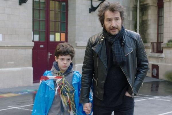 O pequeno Tom Lévy e Edouard Baer vivem papéis de filho e de pai, na comédia Luta de classes (A2 Filmes/Divulgação)
