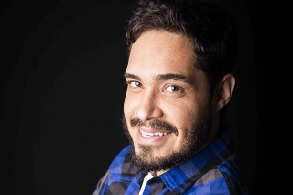 Diogo Almeida tem como marca registrada a mescla da profissão como docente com o mundo do humor  (Anna Carolina Negri/Divulgação)