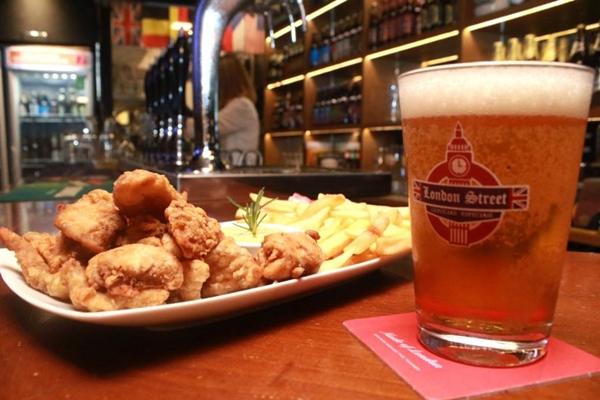 O menu e as cervejas são pensados para dar um ar de pub londrino (Luis Nova/Esp. CB/D.A Press)