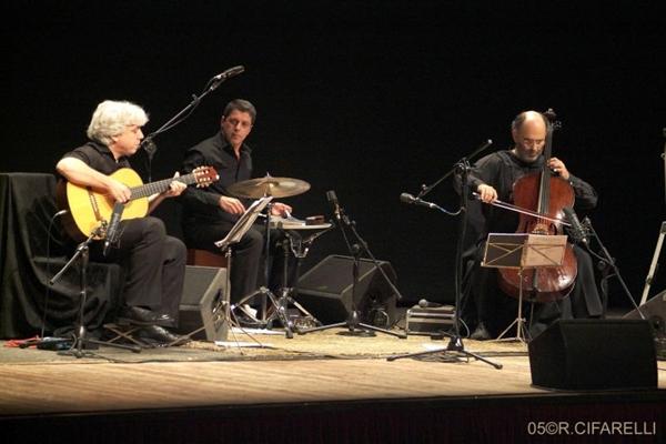 Jaques Morelenbaum (D) comanda o Cello Samba Trio (Roberto Cifarelli/Divulgação)