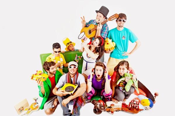 A banda Kid Criolina recepciona a chegada do Papai Noel no Pátio Brasil, com muitas músicas infantis antigas, para unir gerações (Philipe Nagô/Divulgação)