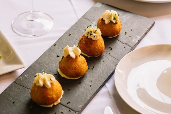 As coxinhas de boeuf bourguignon misturam a gastronomia francesa com a brasileira (Le Parisien Bistrot/Divulgação)
