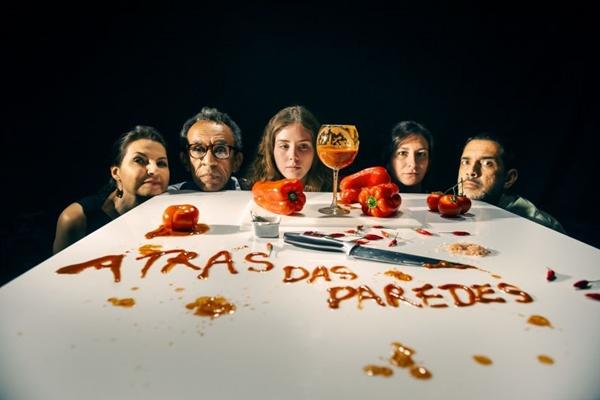 Para celebrar 10 anos de trabalho, a Plágio Companhia de Teatro apresenta o espetáculo 'Atrás das paredes' (Alexandre Magno/Divulgação)