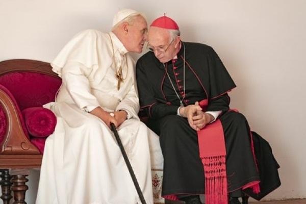 Jonathan Pryce e Anthony Hopkins protagonizam o dramático filme 'Dois papas' (Ntflix/Divulgação)