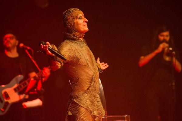 Performance cênica elaborada faz parte do show de Ney  (Marcos Hermes/Divulgação)