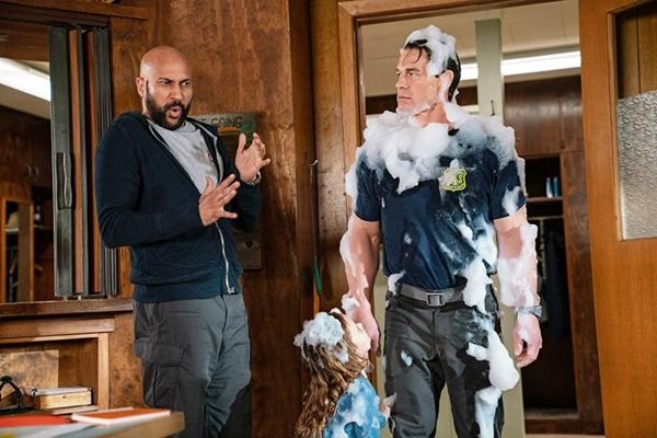 John Cena é um dos protagonistas do filme 'Brincando com fogo' (Paramount/Divulgação)