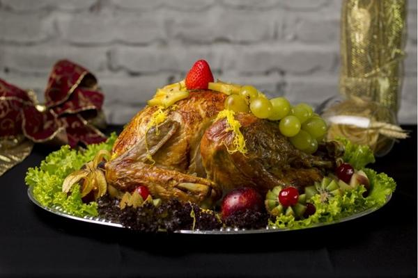 O peru, recheado com farofa de maçã verde, é uma ótima pedida (Filipe Vargas/Divulgação)