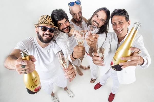 A banda realiza shows cantando músicas bregas (Karina Santiago/Divulgação)