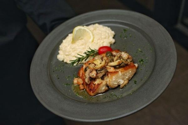 Bem servido, o robalo cítrico é uma boa pedida no restaurante Nikkei  (Igor Almeida/Divulgação)