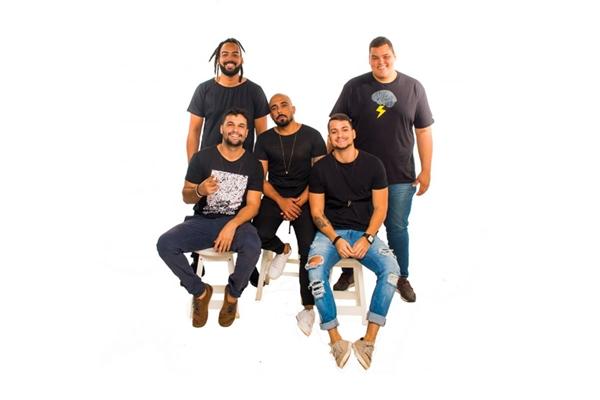 No evento, o grupo Menos é Mais vai tocar pela primeira vez a nova música, 'Recaída'  (Ricardo Ribeiro/Divulgação)