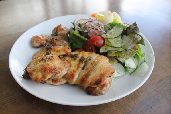 Uma salada com grelhado é uma combinação que agrada a muita gente  (Marietta/Divulgacao)