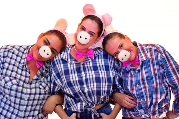 Nesta versão diferente do clássico infantil, as três porquinhas são irmãs, têm uma banda de rock e contam com ajuda do Lobo bonzinho (Mari Matos Fotografia/Divulgação)