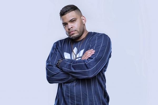 DJ Yuri Martins, que já trabalhou com nomes como Annita e Tropkillaz, anima a pista do Hostel com muito funk (Estúdio CUBO/Divulgação)