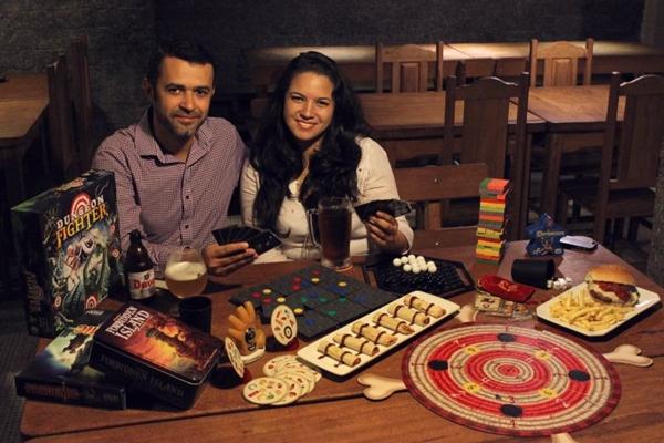 Fábio Almeida e Salimar Morais prezam pela interação entre adultos e crianças por meio dos jogos de tabuleiro (Gabriela Studart/Esp. CB/D.A Press)