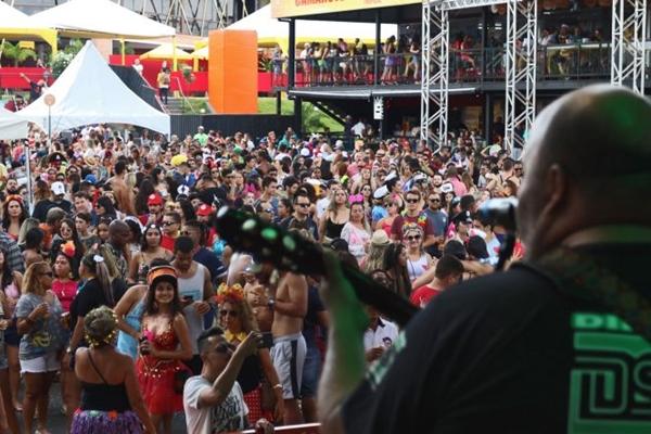 O Bloco Eduardo e Mônica dá uma pegada carnavalesca a clássicos do rock nacional (Arthur Menescal/Esp. CB/D.A Press)