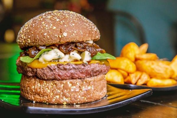 O hambúrguer montado é o carro-chefe d'O Concorrente (Thiago Melo/Divulgação)