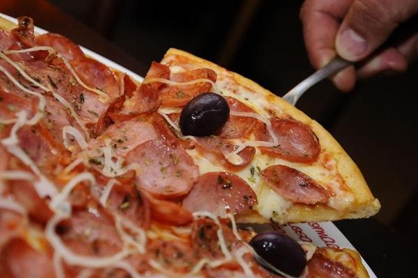 A tradicional pizza de calabresa é uma das queridinhas dos clientes da Fratello Uno (Marri Nogueira/Divulgação)