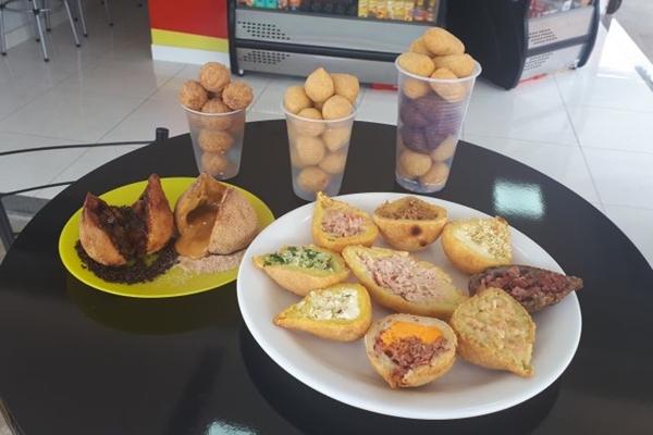 No Bendita Coxinha, é possível encontrar o famoso salgadinho recheado com diversos sabores (Cheila Duarte/Divulgação)